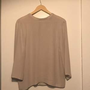 Köpte denna blus från Ginatricot för ca 2 år sedan, använt den bara en gång då jag tyckte inte den var min stil. På baksidan kan man knyta den. På tredje bilden kan ni se att det finns en liten fläck på blusen, jag vet inte hur jag fick den. Tyvärr kunde jag inte få bort den.