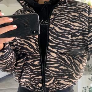 Zebramönstrad jacka från hm! Storlek M, säljer pga att den inte kommit till användning! Säljer för 200kr då nypris är runt 400-500kr