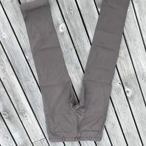Italienska byxor. Riktigt fin kvalité. Ett liter märke på ena benet men går säkert bort i kemtvätten