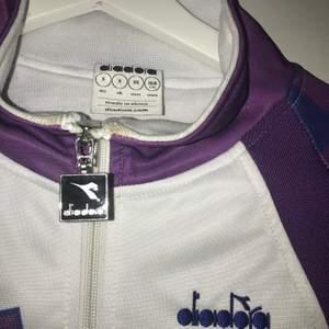 Exklusiv diadora zip tröja som är väldigt unik, helt ny aldrig använd, nypris 1200 och mitt pris kan diskuteras!!! Buda på. Cond 9/10 storlek S, tags osv kvar.