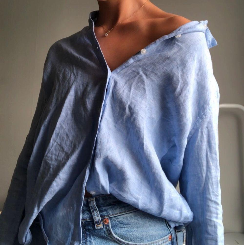 Skjorta från Gina i såå fin blå färg, men kommer tyvärr inte till användning. Knappt använd så väldigt bra skick! . Skjortor.