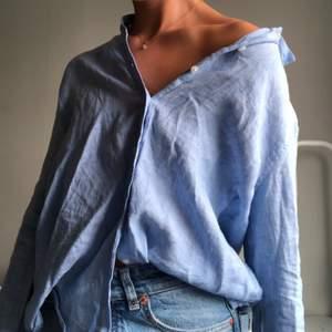 Skjorta från Gina i såå fin blå färg, men kommer tyvärr inte till användning. Knappt använd så väldigt bra skick!