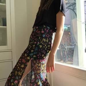 En jättebelväm och fin kjol i från hm, den är i mesh tyg och har ett kort trikå underkjol. Sitter typ 3-4 cm under knäna på mig som är 170 cm. Frakt tillkommer. Först till kvarn. Obs, på bilden har jag kjolen väldigt högt upp i midjan:)