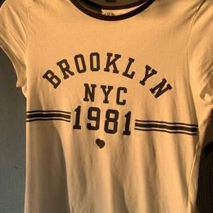 Vit och svart t-Shirt från hm , använd typ 2 ggr. Bra skick