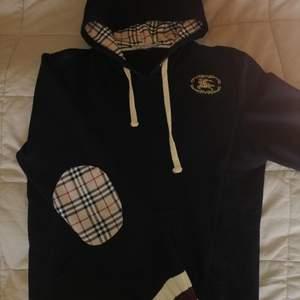 Säljer nu min Vintage burberry hoodie. Den är mörkblå. Passar båda S och M (har testat på båda storlekarna)