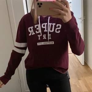 En snygg vinröd superdry hoodie köpt i New york! Aldrig använd då det ej är min stil så säljer vidare den:) Storlek S men passar även XS och M! 70kr + frakt ❤️