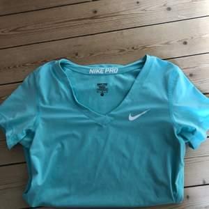 Superfin Nike tröja i storlek m! Endast använd ett fåtal gånger. Nikemärket har några sprickor i sig som man ser på bilden men annars är den i nyskick😍
