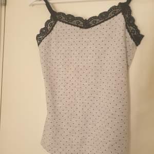 Ett jätte gulligt pjamas linne i jättebra skick!!💕 Andvänt ca 5 ggr. Säljer så det är för litet🙁