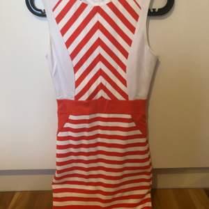 Bodycon klänning randig med vita och oranga ränder