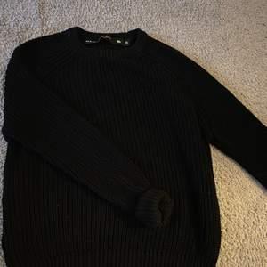 Likadan tröja fast i svart, fint skick men kmr inte till användning. 70 kr kostar denna men vill man köpa både svart & grön blir de 170 o ja står då för frakt!!😋