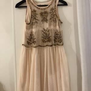 """Skitfin klänning i """"tyll"""" med detaljer på överdelen. Använd ca 3 ggr, som ny. Verkligen en DRÖM!!!!"""