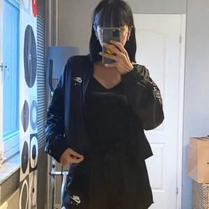 Säljer hela mitt Nike Satin set i svart för 350kr! Ingår jacka & shorts, använd ca 2ggr. Säljer för den är för stor för mig. Originalpris ca 750kr.