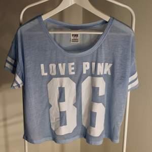 Victoria´s Secret PINK T-shirt I fint skick! storlek: XS passar SDirekt pris: 30kr, Skriv buden till mig privat eller kommentera på bilden! Buda med minst 5kr varje gång ✨(Alla bud är välkomna)Köpare står för frakten (Du bestämmer vilket paket så länge det uppfyller vikt och storleks kraven)