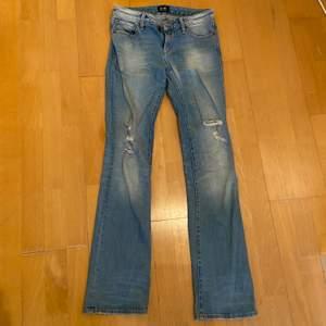 Ljusblå bootcut jeans med slitningar på knäna från D-ID, ungefär lågmidjade. Köpt secondhand för några år sedan. Bra kvalité men lite osäker på storleken, skulle säga ungefär S. (Bild 3). För små för att prova på. Pris kan diskuteras