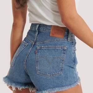 Trendiga Levis jeans! Säljer mina levis shorts i modellen 501 då de tyvärr inte passar mig. Mycket bra skick. Medelhögmidja midja, Storlek xs-s. Köpta för 549 på nelly, säljer för 290 kr.