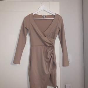 En klänning till ett festligare tillfälle, färgen är ljusrosa/gammalrosa i storlek XS.