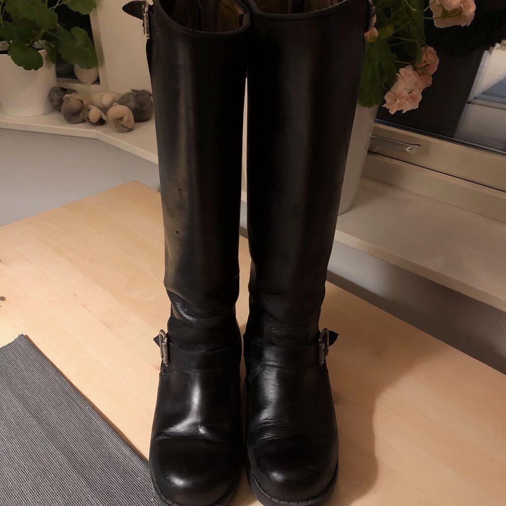 Stövlar från Urban Project strl 38, svarta med silvriga detaljer 💜 använda en vinter men har tagits om hand mycket bra och använts sparsamt, därav i mycket fint skick! Köpta för 2300kr 🧚🏽♀️💖🐢. Skor.