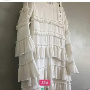 Oanvänd klänning köpt här på Plick! Hur fin som helst med lappen kvar och inga tecken på användning. Tyvärr passade den mig inte men skriv om du vill ha fler bilder❤(lånade bilder)