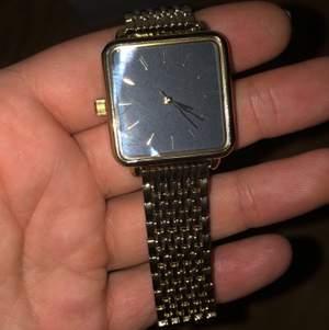 Svart/guld klocka lite för stor för min handled men vet att sånt ska va rätt enkelt att korrigera. Aldrig använd iaf jätte snygg!
