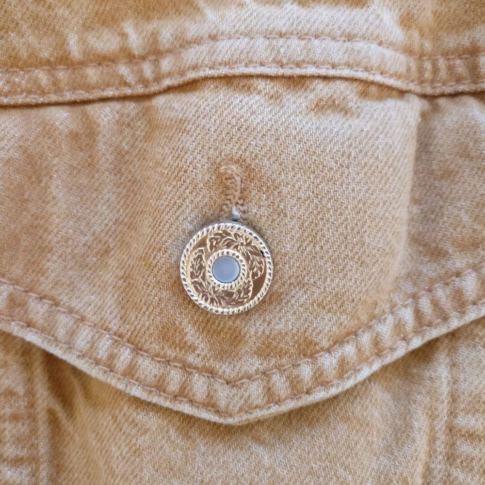 Gul vintage denimjacka med broderi på ryggen  Storlek S-M? Jag har XS/S och den är något oversize  Köparen står för frakt! . Jackor.