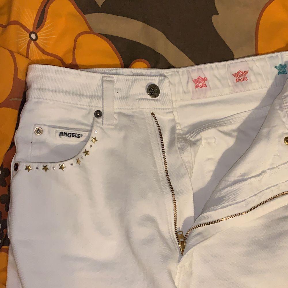 Smyckade vita jeans från Angels Jeans! Sitter perfekt men tight på mig med 27 i midja. Funkar säkert jättebra för 25-26. Fina detaljer på fickorna och på insidan <3. Ankle length på mig som är 170 cm. Inte genomskinliga, enormt plus! Gjorda i Italien.. Jeans & Byxor.