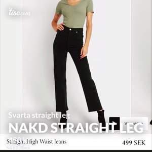 Helt nya Straight Leg jeans i svart färg från NAKD. Testades en gång och har etiketten kvar på pga att de köptes i fel storlek. De är i storlek 42. Tar betalt med swish. Originalpris 500kr skriv vid intresse❤️