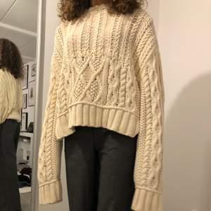 Gräddvit oversize tröja från Zara. Storlek XS-L. Frakt kostar 79kr eller möts upp i Lund