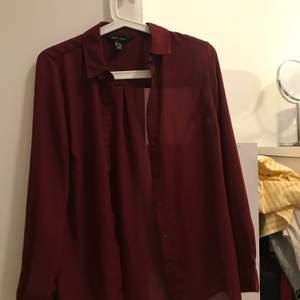 Skjorta i storlek 34.  Stor i storlek så skulle säga att den motsvarar S Begagnad men inte använd