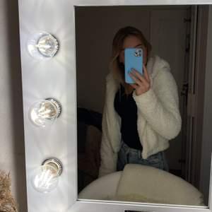 Jag säljer en vit teddy jacka. Den ser tunn ut men är varm. Oanvänd då den inte passar på mig. Prislapp kvar