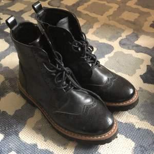 säljer de här skitsnygga bootsen. använda sparsamt och i bra skick. storlek 37 men passar nog 36 också. 80kr + frakt. endast seriösa köpare!!