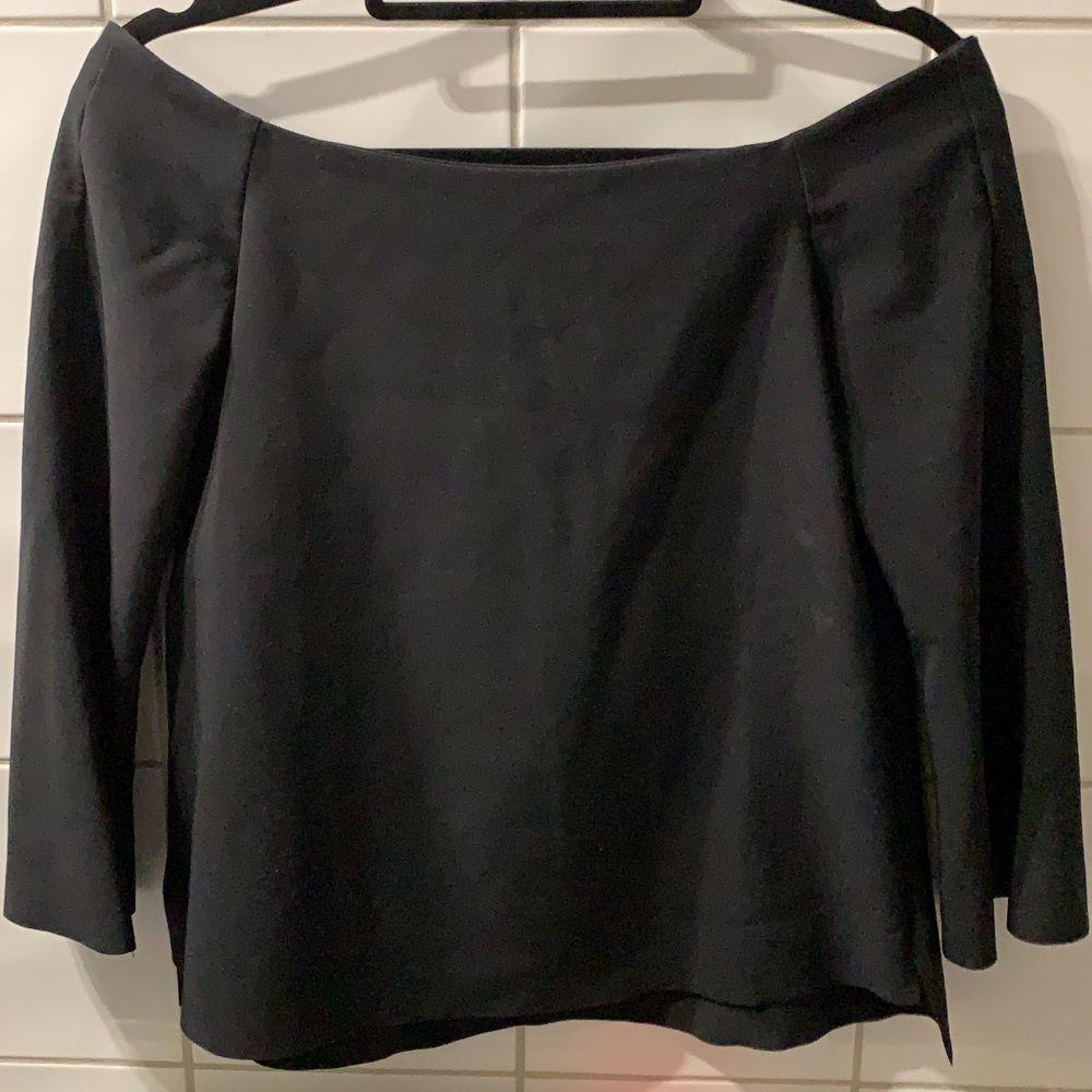 jättefin svart tröja från zara med utsvängda ärmar. säljer då den inte kommer till användning! frakt tilkommer🌷. Toppar.