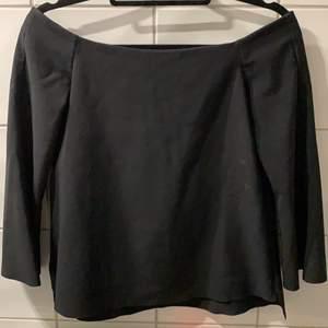 jättefin svart tröja från zara med utsvängda ärmar. säljer då den inte kommer till användning! frakt tilkommer🌷