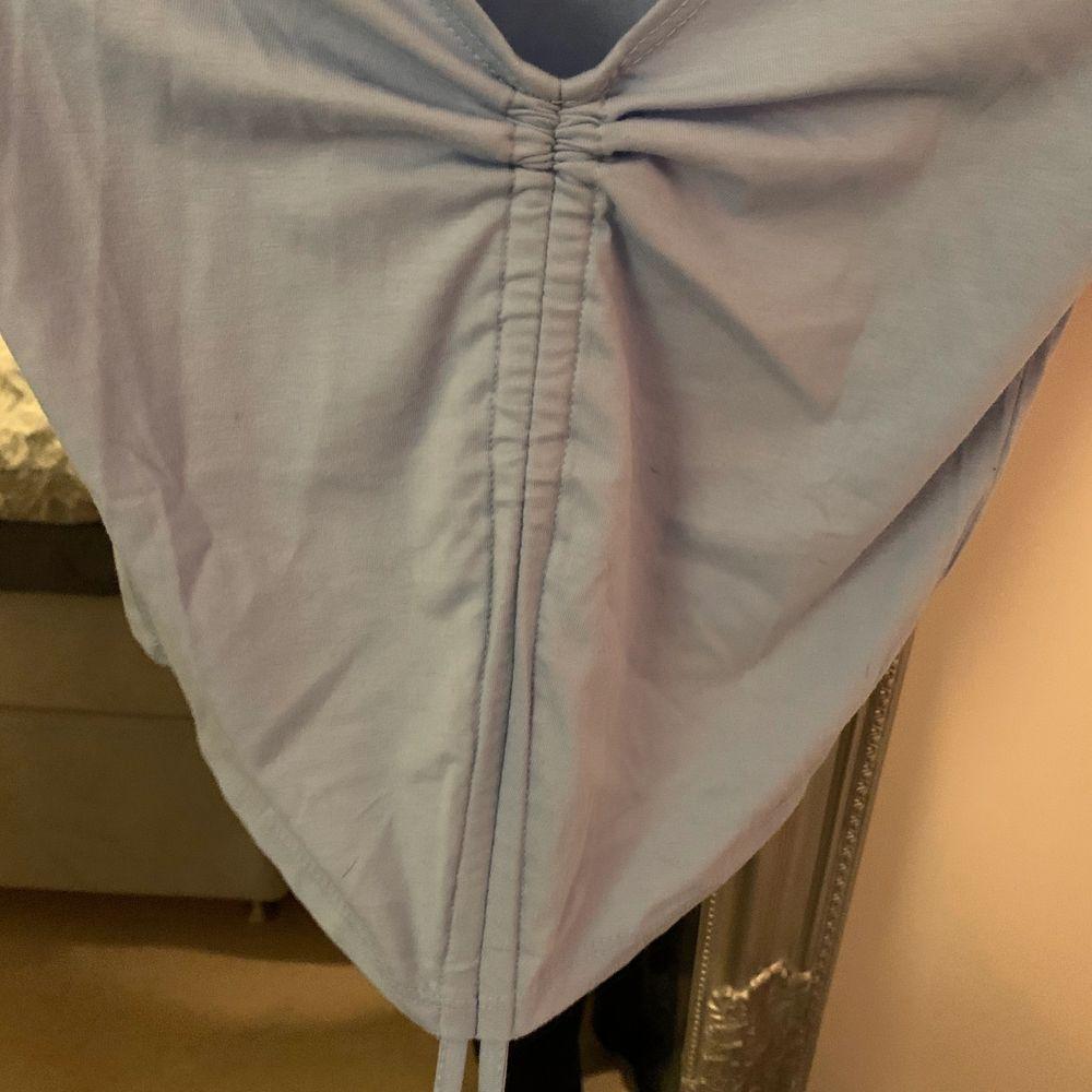 Säljer denna fina tröja från shein. Är i vanligt t-shirt material. Man kan reglera själv hur man vill ha tröjan. Kan mötas upp i Gävle/Söderhamn annars skickas för 43kr ✨. Toppar.
