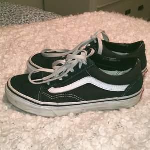 Jättesnygga skor från Vans☺️ Säljer pågrund av att de tyvärr blivit försmå. Är väl använda men i bra skick, innersulan har dock blivit smutsig men går lätt att tvätta🥰 Köparen står för frakten!