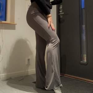 Säljer ett par för långa (jag är 160cm) yogapants. Annars superfina och sköna! Endast testade. Nypris: 248kr ❤️Mitt pris: 139kr inkl. Frakt❤️