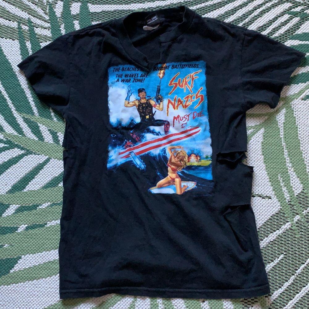 skitcoolt tryck på en skön tshirt. Hål i sidorna💓 stl XS/S. Surf nazis must die lixom. Kan fraktas😛. T-shirts.