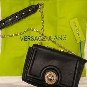 Helt ny och oanvänd väska från Versace Jeans. Prislappar och plast är kvar. Äkta vara!✨ frakt tillkommer vid köp!❤️