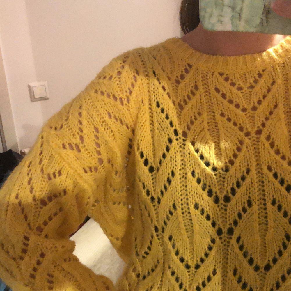En super söt stickad tröja från monki i storlek s som aldrig är använd😊 den är oversized i modellen💛. Stickat.