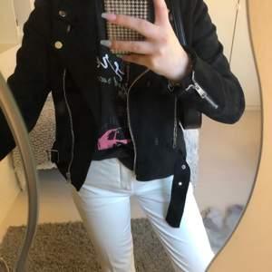 Säljer denna svarta jacka ifrån Nelly för 170kr plus frakt. Är i bra skick och har knappt använt den