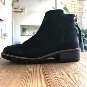Skor i läder, storlek 38. Använda kanske 4-5 gånger. Nypris 1099