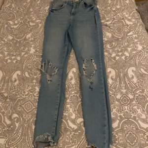 Hej, säljer dessa fina jeans från Gina bra skick storlek 36 men skulle säga att det också kan passa en 34/38 dom är tighta men endån strechiga jag själv bär 38/36 men ska kunna pass en 34, jeansen  har ett litet hål där back syns absolut inte köparen står för frakt få 66kr 🥰