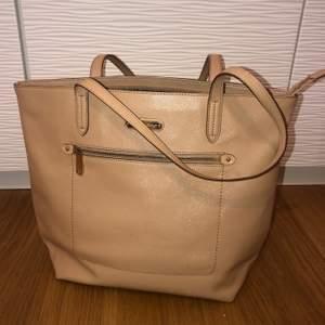 Superfin glansig väska från VS. Materialet är som plats/läder och är väldigt hållbart!! Den är mycket rymlig inuti och har ett mindre fack i med dragkedja samt eller på utsidan. Det finns även två vanliga fack utan dragkedja. Köparen står för frakt