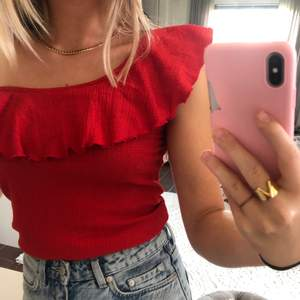 Superfin röd one shoulder topp med volang!! Passar till fest men går också att klä ner. Säljer då jag har denna i flera färger och den inte riktigt kommer till användning🥰   Frakt tillkommer 42 kr