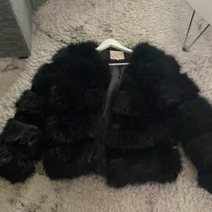 Köpt för två år sedan för 999kr 🌸 jackan är i fint skick men när men eftersom den har andvänts så är pälsen lite sliten därför säljs den för 350kr + frakt ❤️