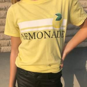 Jättesnygg t-shirt från Gina🍋 fint skick och passar till det mesta👍🏻 stl XS men passar även xxs och S beroende på vilken passform man önskar👍🏻köparen står för frakten🚚