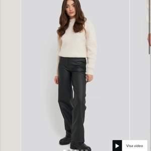 Säljer nu dessa byxor i läderimitation ifrån en av Linn Ahlborgs kollektioner med NAKD, säljer slut snabbt på hemsidan! Dragkedja på sidan av byxan som ej syns👍🏻 Lägg bud eller köp direkt för 470 ink frakt:)