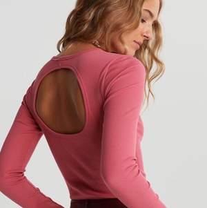 Helt ny & oanvänd tröja från Gina tricot, storlek XS men passar även mig som bär S