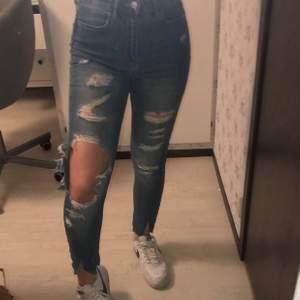 blå slitna jeans, supercoola men har tyvär tröttnat på dem. Superlätta att styla också. Har klippt slitsen där nere själv och den flärpas alltså upp lite när man använder dom vilket jag tycker är en fin detalj💞💞 Säljer för 150kr+ frakt💞