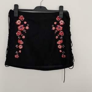 Svart kjol från h&m med blommiga detaljer. Kan sänka priset vid köp av flera plagg
