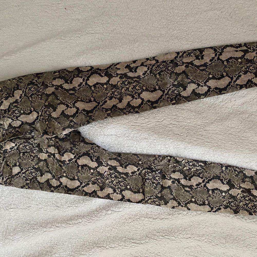 Super coola jeans med ormskinnsmönster. JÄTTE sköna och sitter jätte fint på!! Säljs pga kommer inte till användning längre tyvärr :(. Jeans & Byxor.